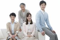 ソファーに座る家族4人