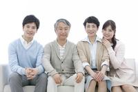 ソファーに座る家族4人 07800057330| 写真素材・ストックフォト・画像・イラスト素材|アマナイメージズ