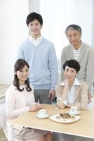 笑顔の家族4人