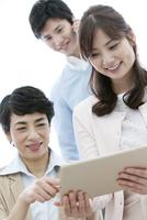 タブレットPCを見る家族3人