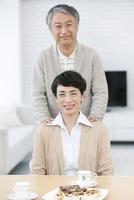 笑顔の中高年夫婦 07800057352| 写真素材・ストックフォト・画像・イラスト素材|アマナイメージズ