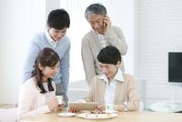 タブレットPCを見る家族4人 07800057365| 写真素材・ストックフォト・画像・イラスト素材|アマナイメージズ