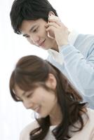 スマートフォンで電話する男性 07800057373| 写真素材・ストックフォト・画像・イラスト素材|アマナイメージズ