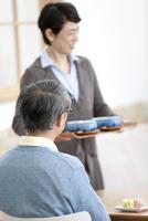 いすに座る中高年男性の後姿 07800057379| 写真素材・ストックフォト・画像・イラスト素材|アマナイメージズ