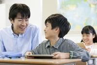 勉強する子供たちと先生 07800057413| 写真素材・ストックフォト・画像・イラスト素材|アマナイメージズ
