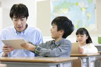 勉強する子供たちと先生