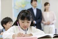 授業参観中の子供たちと親 07800057434| 写真素材・ストックフォト・画像・イラスト素材|アマナイメージズ