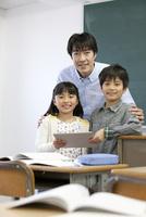 笑顔の生徒と先生