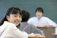 授業を受ける笑顔の女の子