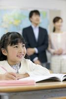 授業参観中の子供と親