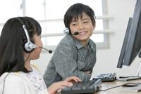 パソコンを操作する子供たち