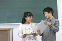 タブレットPCを持つ子供たち 07800057466| 写真素材・ストックフォト・画像・イラスト素材|アマナイメージズ