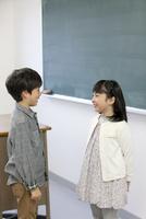 話をしている子供たち 07800057470| 写真素材・ストックフォト・画像・イラスト素材|アマナイメージズ
