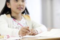 授業を受ける女の子の手元 07800057476| 写真素材・ストックフォト・画像・イラスト素材|アマナイメージズ