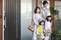 玄関の前に立つ家族4人 07800057484| 写真素材・ストックフォト・画像・イラスト素材|アマナイメージズ
