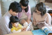 地図を見ている女の子と家族