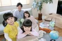 旅行の準備をする家族4人