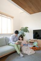 タブレットPCを見ているカップル 07800057512| 写真素材・ストックフォト・画像・イラスト素材|アマナイメージズ