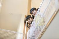 笑顔の姉妹 07800057519| 写真素材・ストックフォト・画像・イラスト素材|アマナイメージズ