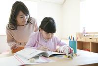 先生に勉強を教わる女の子 07800057532| 写真素材・ストックフォト・画像・イラスト素材|アマナイメージズ