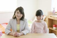 笑顔の女の子と先生