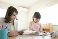 先生に勉強を教わる女の子