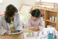 英語の勉強をする女の子と先生