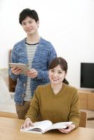 笑顔のカップル 07800057595| 写真素材・ストックフォト・画像・イラスト素材|アマナイメージズ