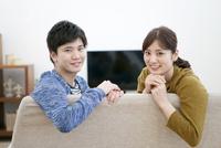 笑顔のカップル 07800057596| 写真素材・ストックフォト・画像・イラスト素材|アマナイメージズ
