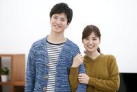 笑顔のカップル 07800057597| 写真素材・ストックフォト・画像・イラスト素材|アマナイメージズ