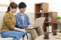 ノートパソコンを見ているカップル 07800057616| 写真素材・ストックフォト・画像・イラスト素材|アマナイメージズ