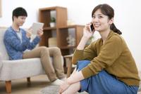 スマートフォンで電話する女性 07800057627| 写真素材・ストックフォト・画像・イラスト素材|アマナイメージズ