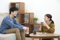 話をしているカップル 07800057629| 写真素材・ストックフォト・画像・イラスト素材|アマナイメージズ