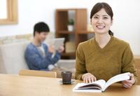 本を読む女性 07800057634| 写真素材・ストックフォト・画像・イラスト素材|アマナイメージズ