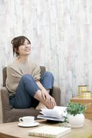 笑顔の女性 07800057636| 写真素材・ストックフォト・画像・イラスト素材|アマナイメージズ