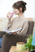 ティータイム中の女性 07800057646| 写真素材・ストックフォト・画像・イラスト素材|アマナイメージズ
