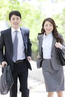 走るビジネスマンとビジネスウーマン 07800057678| 写真素材・ストックフォト・画像・イラスト素材|アマナイメージズ