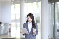 タブレットPCを見る休憩中のビジネスウーマン 07800057696| 写真素材・ストックフォト・画像・イラスト素材|アマナイメージズ