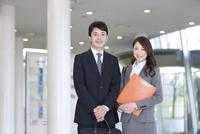 カバンを持つビジネスマンとファイルを持つビジネスウーマン 07800057706| 写真素材・ストックフォト・画像・イラスト素材|アマナイメージズ