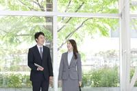 会話するビジネスマンとビジネスウーマン 07800057712| 写真素材・ストックフォト・画像・イラスト素材|アマナイメージズ