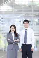 笑顔のビジネスマンとビジネースウーマン 07800057717| 写真素材・ストックフォト・画像・イラスト素材|アマナイメージズ