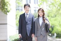 笑顔のビジネスマンとビジネスウーマン 07800057740| 写真素材・ストックフォト・画像・イラスト素材|アマナイメージズ