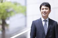 笑顔のビジネスマン 07800057754| 写真素材・ストックフォト・画像・イラスト素材|アマナイメージズ