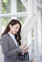 タブレットPCを操作するビジネスウーマン 07800057761| 写真素材・ストックフォト・画像・イラスト素材|アマナイメージズ