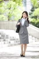 通話中のビジネスウーマン 07800057771| 写真素材・ストックフォト・画像・イラスト素材|アマナイメージズ