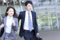 走るビジネスマンとビジネスウーマン 07800057775| 写真素材・ストックフォト・画像・イラスト素材|アマナイメージズ