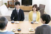結婚の挨拶をするカップルと両親 07800057779| 写真素材・ストックフォト・画像・イラスト素材|アマナイメージズ