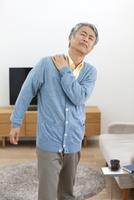 肩を押さえる中高年男性 07800057800| 写真素材・ストックフォト・画像・イラスト素材|アマナイメージズ