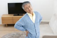 腰を押さえる中高年男性 07800057801| 写真素材・ストックフォト・画像・イラスト素材|アマナイメージズ