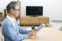 タブレットPCを操作する中高年男性